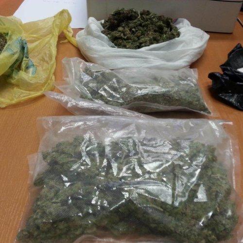 Krakowscy policjanci zajmujący się zwalczaniem przestępczości narkotykowej podczas zaplanowanej akcji zatrzymali dealera narkotykowego oraz jego kompana.