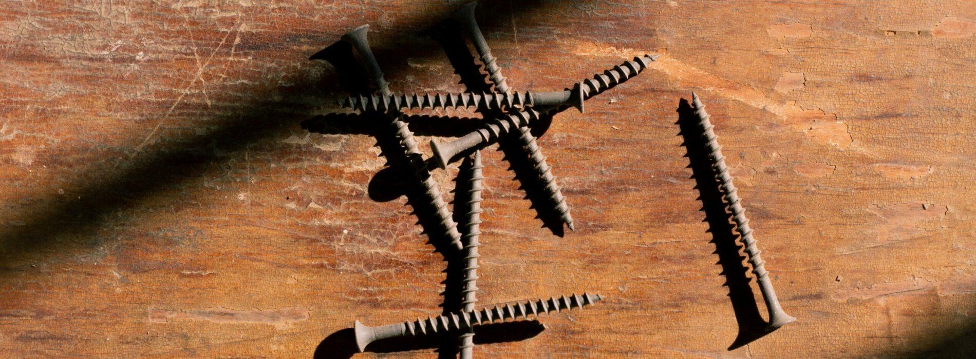 Jak poradzić sobie z zardzewiałymi nakrętkami lub śrubami?